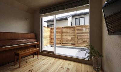 宝塚の家:大阪の注文住宅 地下1階地上3階建て住宅 (リビング)