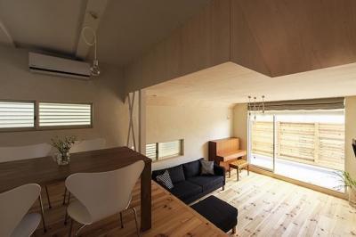 宝塚の家:大阪の注文住宅 地下1階地上3階建て住宅 (リビングダイニング)
