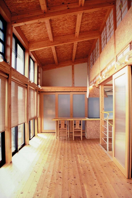 家族のびのび大空間:自然素材の家 (木質感たっぷりのリビングダイニング)