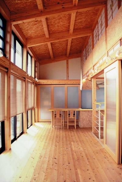 木質感たっぷりのリビングダイニング (家族のびのび大空間:自然素材の家)