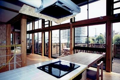 家族のびのび大空間:自然素材の家 (開放的なキッチンからつながるアウトドアリビング)