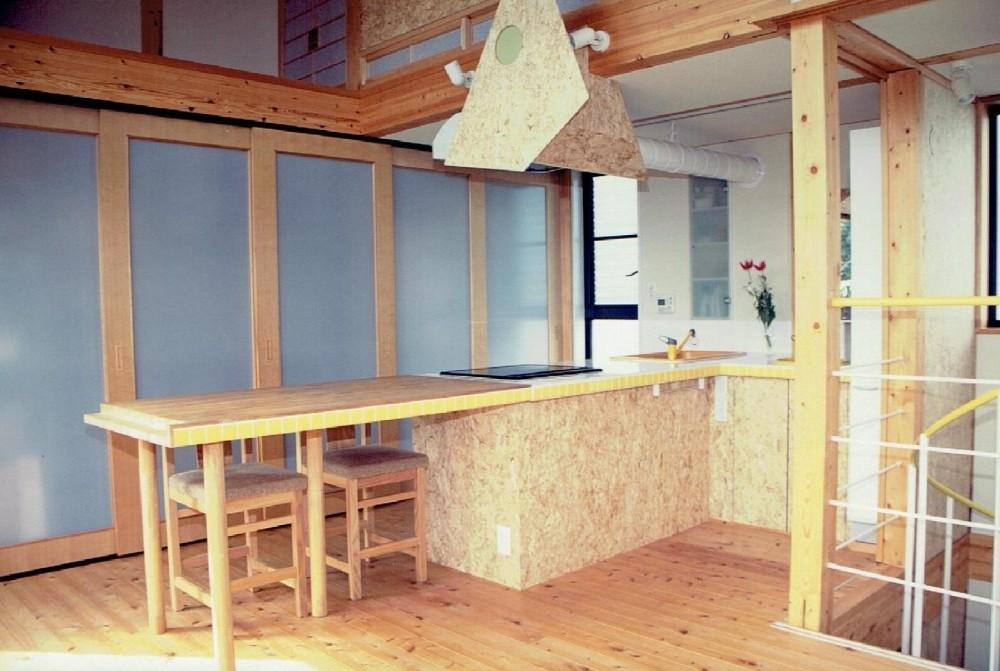 家族のびのび大空間:自然素材の家 (動線を重視した主婦にやさしいキッチン)