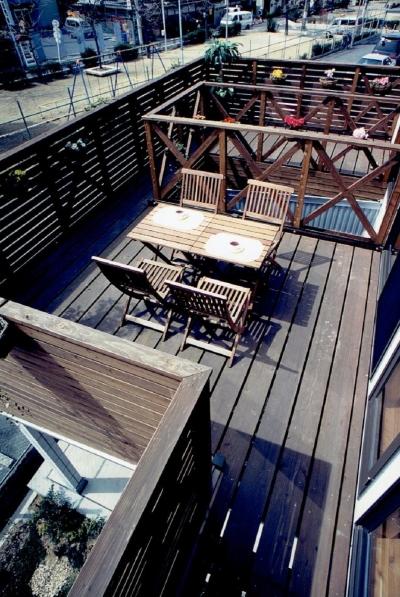 ウッドデッキ:アウトドアリビングでおうちリゾート (家族のびのび大空間:自然素材の家)