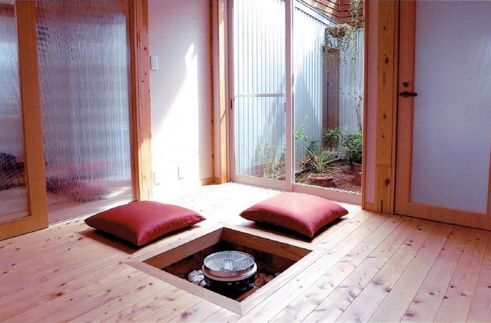 家族のびのび大空間:自然素材の家 (坪庭を楽しむモダン和室)