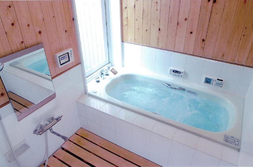 家族のびのび大空間:自然素材の家 (中庭のみえるお風呂でリラックス)