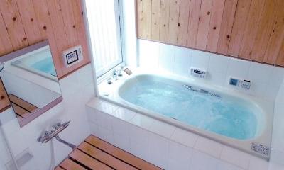 中庭のみえるお風呂でリラックス|家族のびのび大空間:自然素材の家