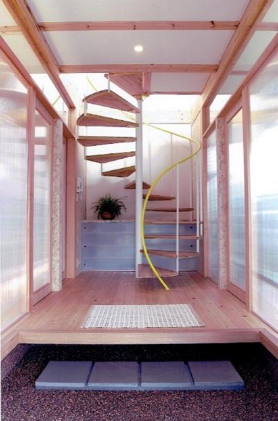 玄関を彩る らせん階段 (家族のびのび大空間:自然素材の家)