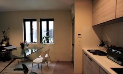 池田の家:狭小間口の木造3階建て住宅 (リビングダイニングキッチン)