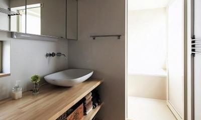 宝塚の家:大阪の注文住宅 地下1階地上3階建て住宅 (洗面室)