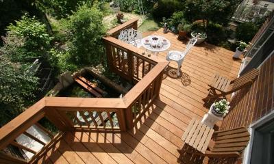 美しい木目が白然の中で映える、家の景色を彩るウッドデッキ