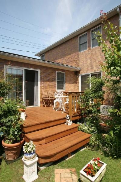 テラス・階段 (美しい木目が白然の中で映える、家の景色を彩るウッドデッキ)