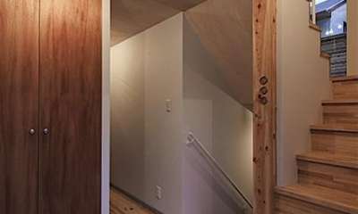 宝塚の家:大阪の注文住宅 地下1階地上3階建て住宅 (玄関)