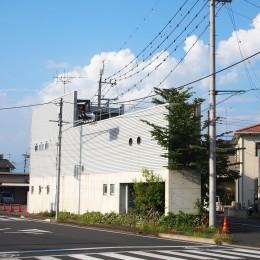 三角地で開放的に暮らす家|K HOUSE (外観|三角地いっぱいに建つ)