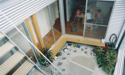 三角地で開放的に暮らす家|K HOUSE (2階テラス(中庭))