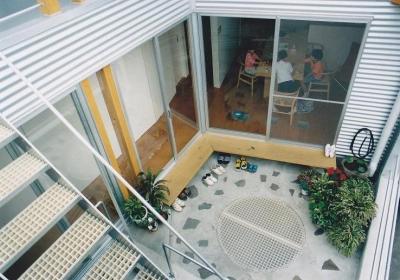 2階テラス(中庭) (三角地で開放的に暮らす家|K HOUSE)
