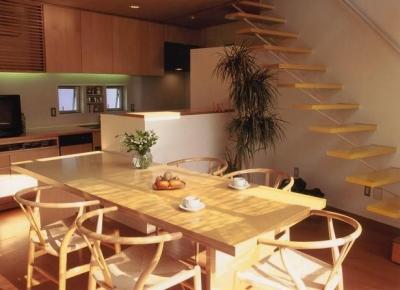リビング・ダイニング・キッチン (三角地で開放的に暮らす家 K HOUSE)