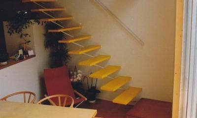 三角地で開放的に暮らす家|K HOUSE (リビングの吹抜け)