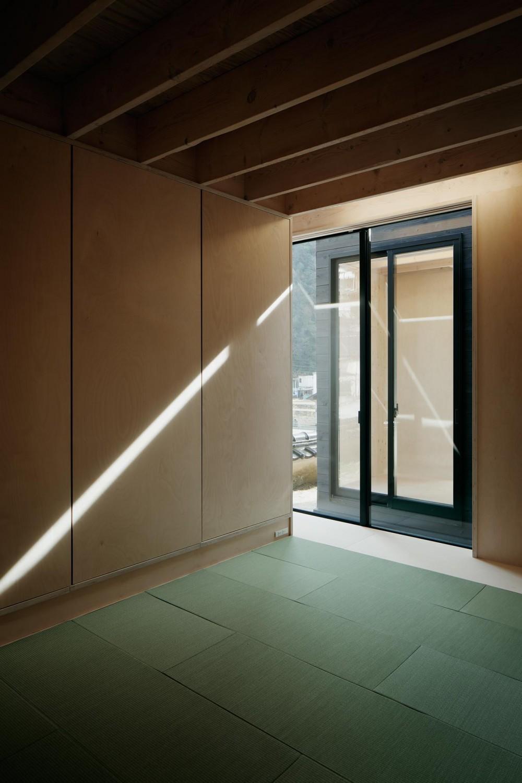 タテカグの家 -建築・内装・家具のトータルデザイン住宅- (中庭に面した畳部屋)