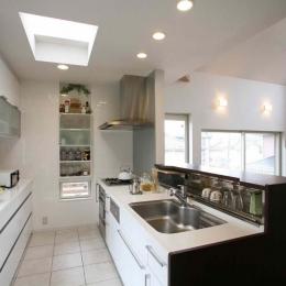 人も光も集う、癒しの空間を演出する、キッチン・リビングの立体的なつながり (キッチン)