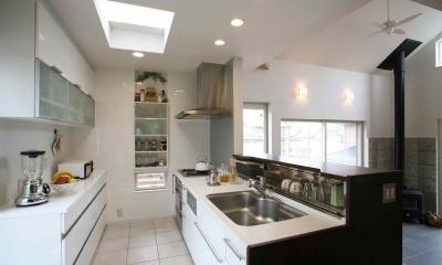 人も光も集う、癒しの空間を演出する、キッチン・リビングの立体的なつながり