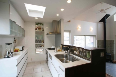 キッチン (人も光も集う、癒しの空間を演出する、キッチン・リビングの立体的なつながり)
