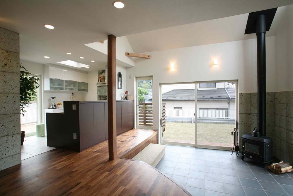 人も光も集う、癒しの空間を演出する、キッチン・リビングの立体的なつながりの部屋 土間(薪ストーブ)