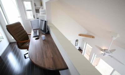 人も光も集う、癒しの空間を演出する、キッチン・リビングの立体的なつながり (書斎(ロフト))