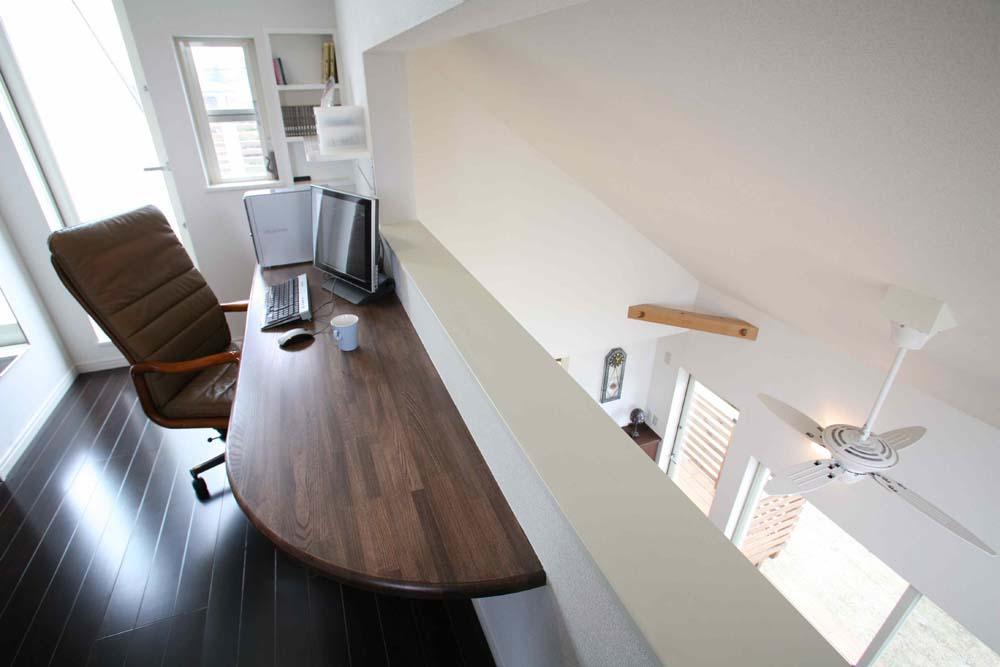 人も光も集う、癒しの空間を演出する、キッチン・リビングの立体的なつながりの写真 書斎(ロフト)
