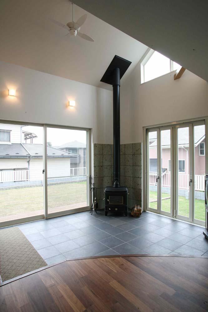人も光も集う、癒しの空間を演出する、キッチン・リビングの立体的なつながりの写真 土間2(バリアフリーから繋がるデッキ)