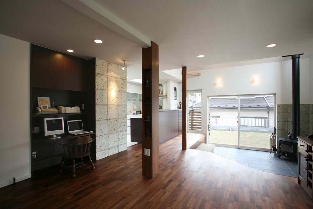 人も光も集う、癒しの空間を演出する、キッチン・リビングの立体的なつながりの部屋 LDK