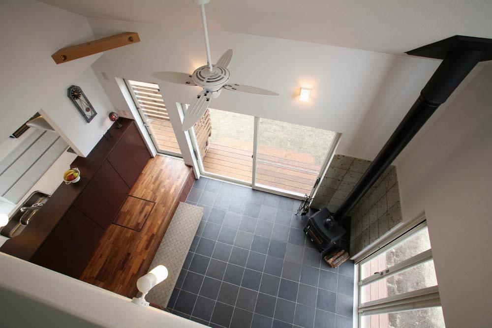 人も光も集う、癒しの空間を演出する、キッチン・リビングの立体的なつながりの部屋 ロフトからみたリビング