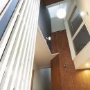 木格子で叶える、温もりとモダンデザインの融合の写真 玄関
