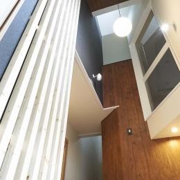 木格子で叶える、温もりとモダンデザインの融合-玄関