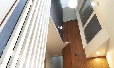 木格子で叶える、温もりとモダンデザインの融合 (玄関)
