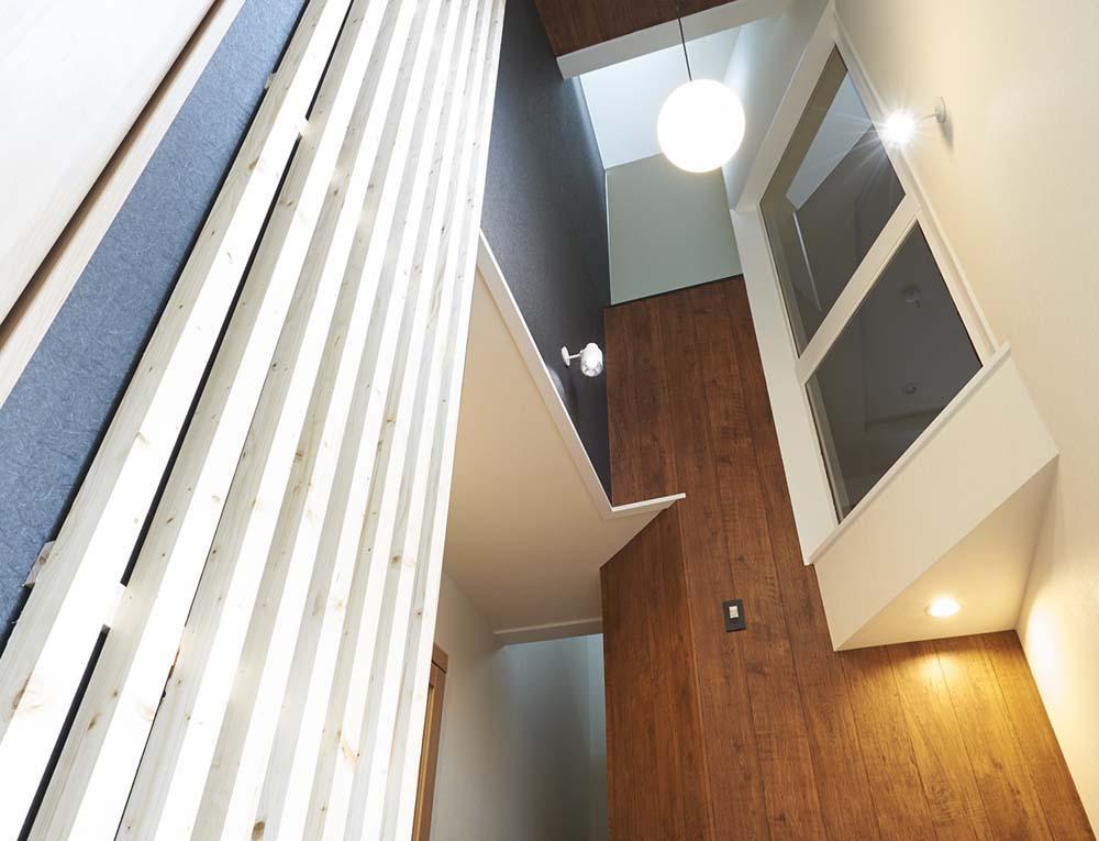 木格子で叶える、温もりとモダンデザインの融合の部屋 玄関