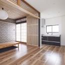 木格子で叶える、温もりとモダンデザインの融合の写真 ダイニングキッチン