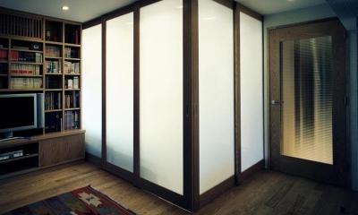 マンションのスケルトンリフォーム (可動式パーテーションで仕切られた寝室)