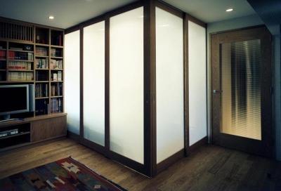 可動式パーテーションで仕切られた寝室 (マンションのスケルトンリフォーム)