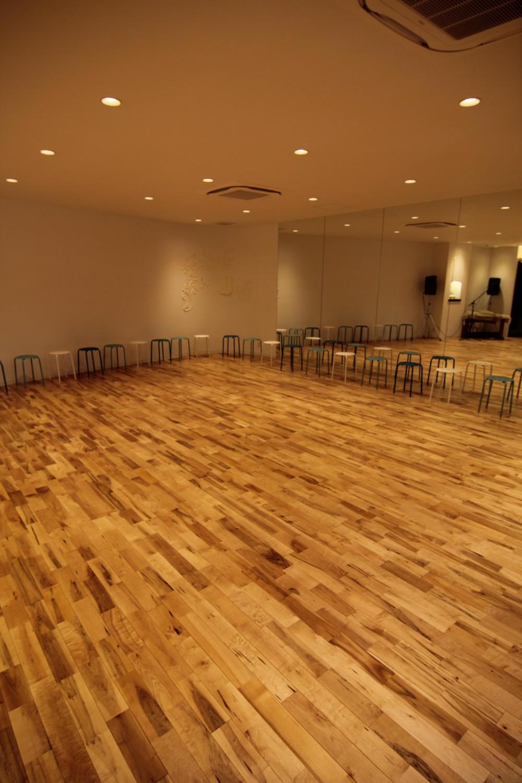 店舗・オフィスに使用されている無垢フローリング、積層フローリングの施工事例 (メープル ユニワイルドフローリング【オスモ自然塗装】)