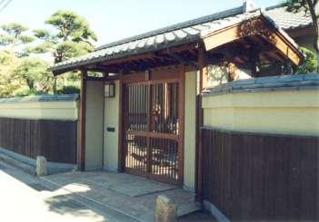坂東邸の部屋 趣きのある門
