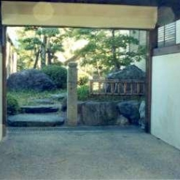 坂東邸 (車庫と庭への入口)
