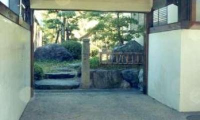 車庫と庭への入口|坂東邸