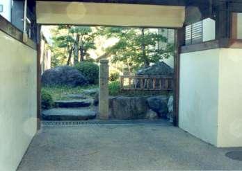 坂東邸の部屋 車庫と庭への入口