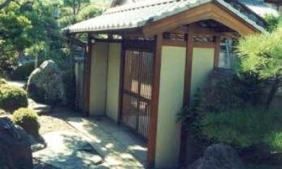 門を入り見返す|坂東邸