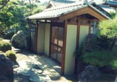 門を入り見返す (坂東邸)