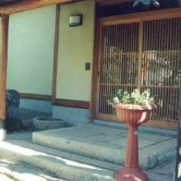 坂東邸 (玄関前)