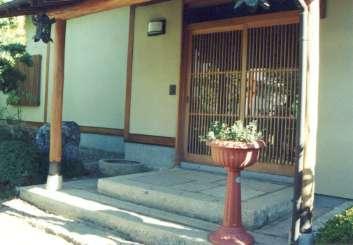 坂東邸の部屋 玄関前