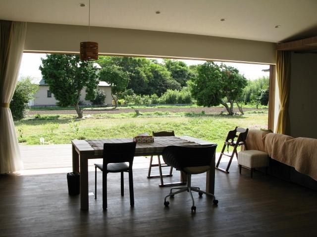 陽だまりの舎の部屋 テラスと一体化したリビングダイニング1