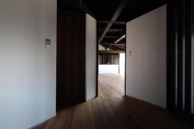 木更津の家 (玄関からリビングを眺める)