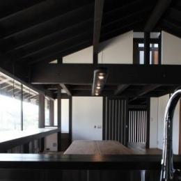木更津の家 (キッチンからリビングダイニングを眺める)